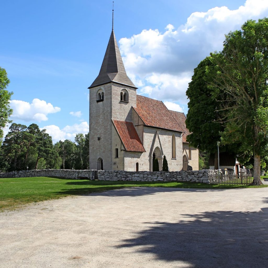 Kerk-omringd-door-bomen
