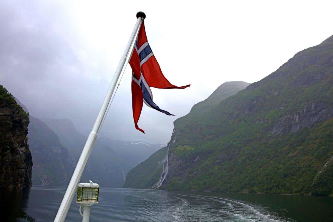 Boot-op-rivier-vlag-van-Noorwegen